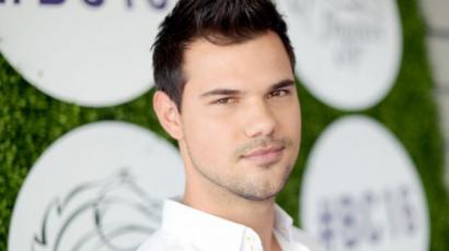 Taylor Lautner megszabadul a ruháitól! Jótékony céllal selejtez a gardróbjában