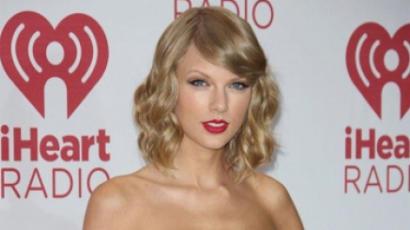 Taylor Swift rajongókat hívott a házába
