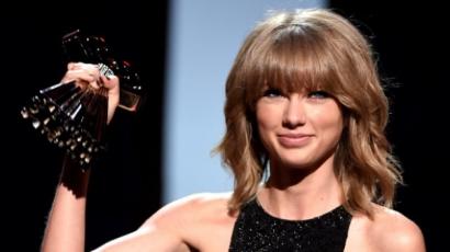 Taylor Swift tarolt az iHeartRadio Music Awardson
