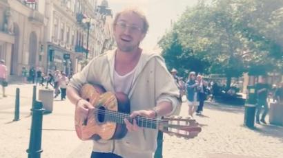 Tom Felton utcazenésznek állt Prágában, de senki nem ismerte fel – videó