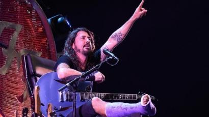 Törött lábú rajongójának kedveskedett Dave Grohl