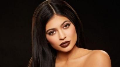 Új tetoválással gazdagodott és tetoválóművésznek állt Kylie Jenner
