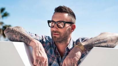 Újabb őrület! Adam Levine is csinált valami merészet a hajával!