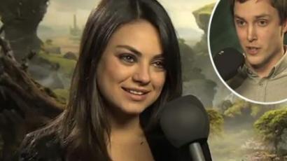Újonc riportert segített ki Mila Kunis