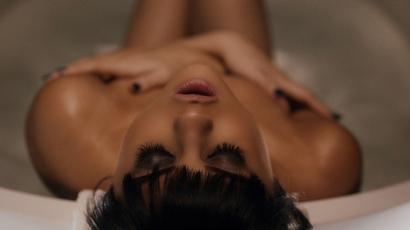 Ultra dögös zaklatót alakít Selena Gomez új klipjében