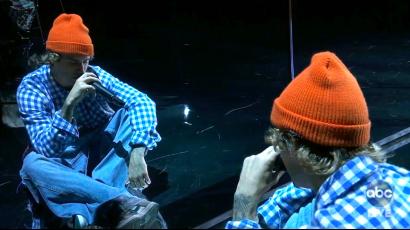 Üres színpadon, tükör előtt adott elő Justin Bieber az AMA-n