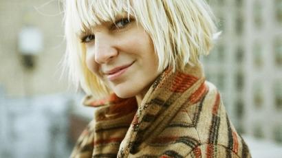Vadonatúj dallal örvendeztette meg rajongótáborát Sia