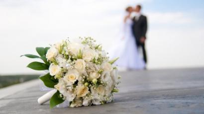Válási papírokból készült az esküvői ruha