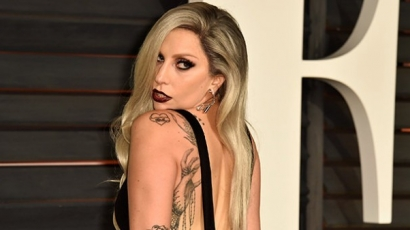 Versengenek a divattervezők Lady Gaga kegyeiért