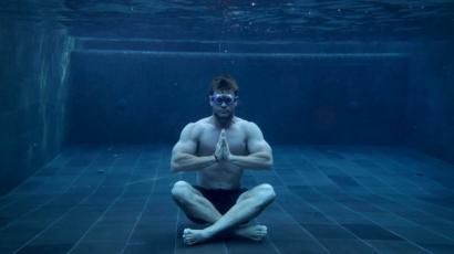 Vicces videókban próbál meditálni Chris Hemsworth, sosem sikerül neki