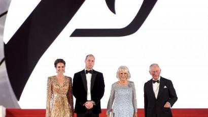 Videó - Ilyen volt a brit királyi család szemszögéből az új James Bond-film premierje