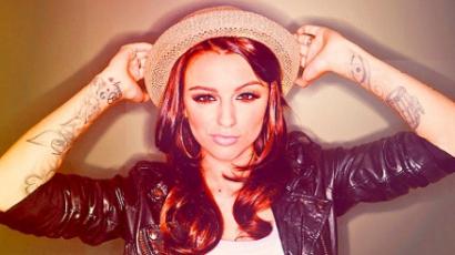 Vizeletes üvegekkel dobták meg Cher Lloydot