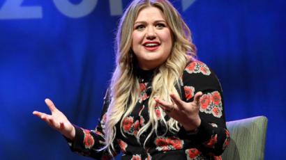 Zseniális módon vágott vissza Kelly Clarkson az őt súlya miatt kritizáló követőjének