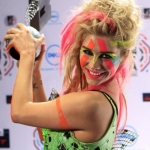 kesha-poses-with-her-award-for-best-new-act-the-mtv-europe-music-awards-2010-madrid.jpg