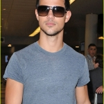 Taylor-Lautner-Gets-Abducted-to-NYC-twilight-guys-25484464-846-1222.jpg