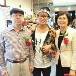 eunhyuk és a szülei.jpg