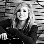 avril-lavigne-smile-laptop-guitar-manicure-bulb-553042.jpg